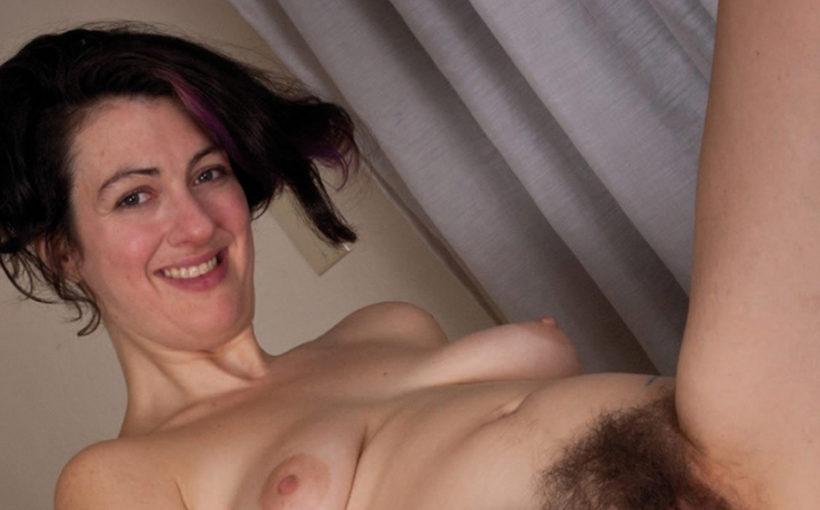 Inzwischen lässt sie ihre Haare lustig wachsen und kann das gesparte Geld in pikante Tattoos investieren