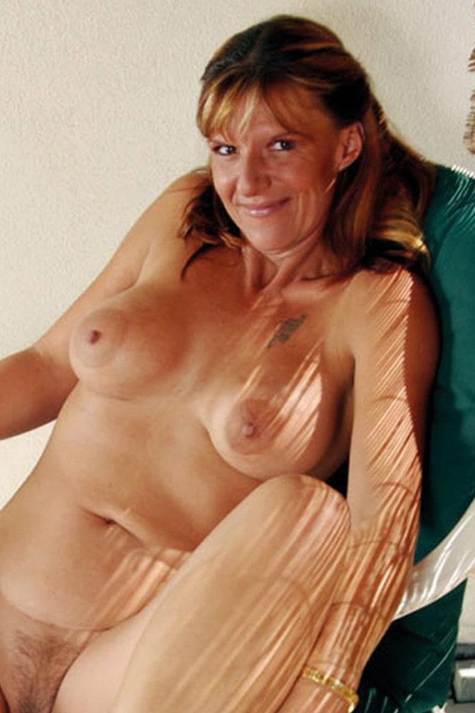 Die 44-jährige Krankenschwester mit den tollen Formen ist der Schwarm all ihrer Kollegen.