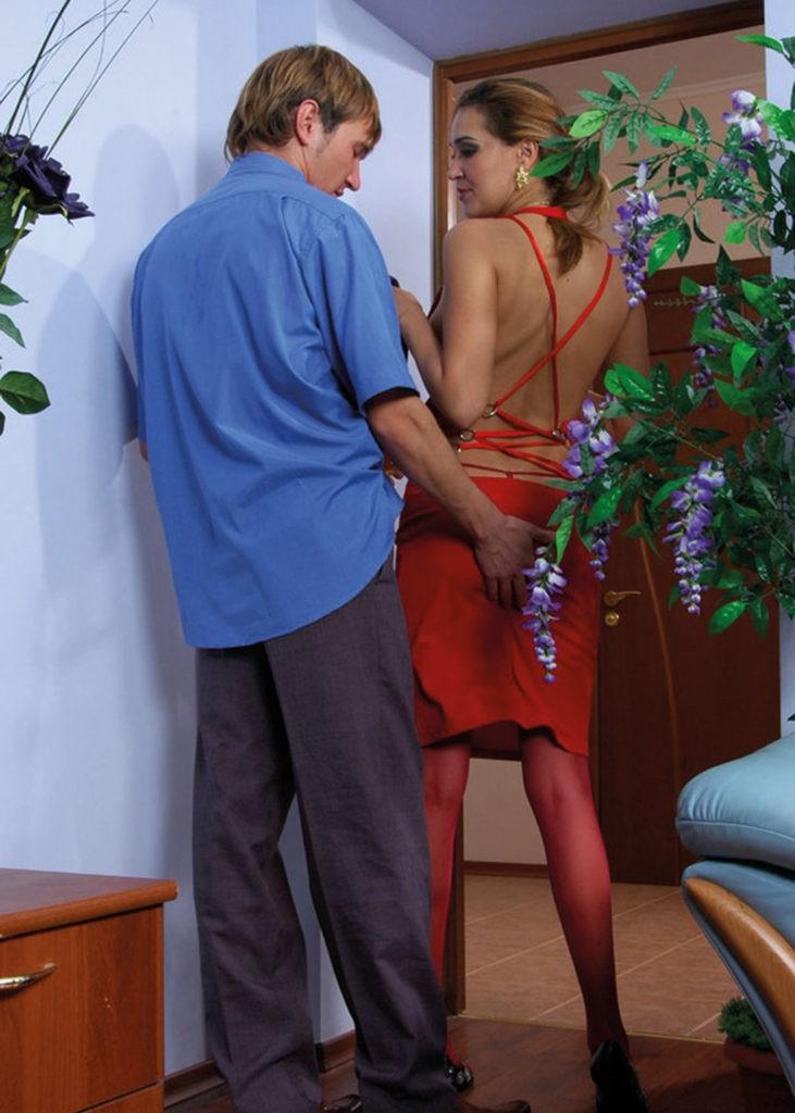 """Frau Müller, kommen Sie zum Diktat bitte!"""" Schon betritt die Chefsekretärin, die in ihrem roten, engen Kleid heute besonders aufreizend aussieht, das Büro"""