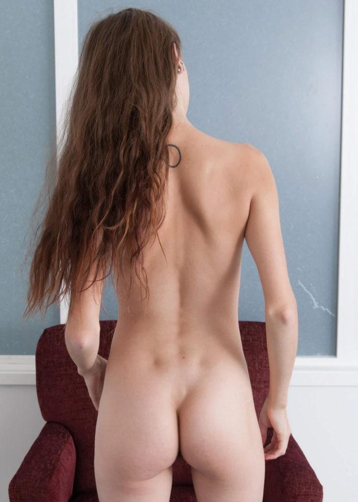 Wenn die Hobby-Tänzerin einen Mann verführen will, umgarnt sie ihn mit ihrem schlanken Körper und präsentiert ihre Reize