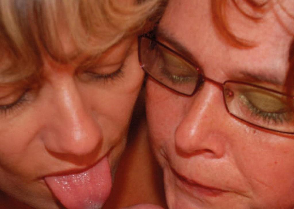 Auf der Couch beginnen sich die Frauen zu streicheln. Sie küssen sich, kneten ihre Brüste und ziehen sich langsam gegenseitig aus. Viktor fängt an mitzumachen
